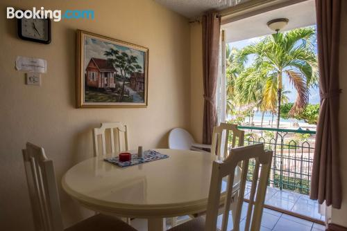 Home for couples in Ocho Rios. Be cool, there\s air!