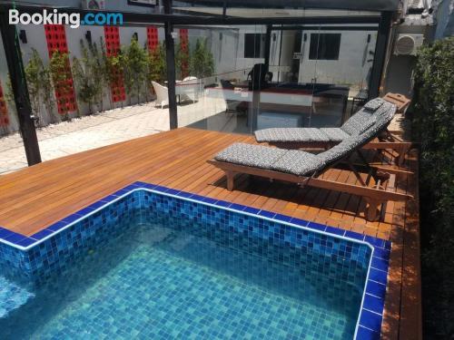 Apartamento pequeño con piscina.