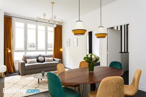 Two bedrooms home in Paris with 2 bedrooms.
