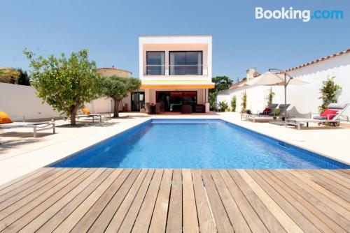 Enorme apartamento en buena zona con piscina y vistas.