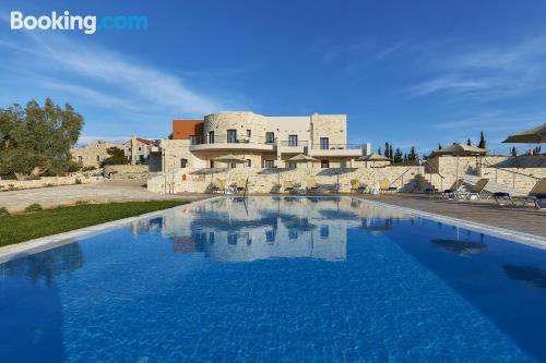 Amplio apartamento con piscina en Kamilari