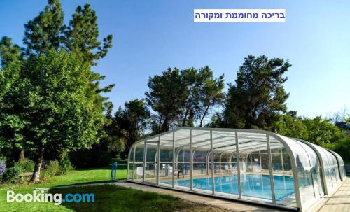 Stay cool: air-con home in Lahavot HaBashan. Dog friendly!