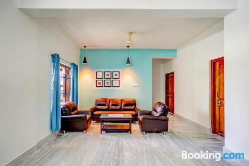 Apartamento de una habitación en Bhubaneshwar con aire acondicionado.