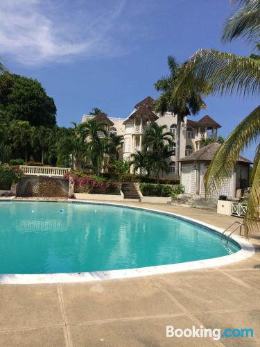Stay cool: air place in Ocho Rios with pool and terrace