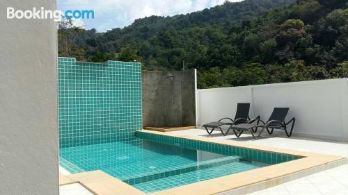 Apartamento de una habitación con piscina.
