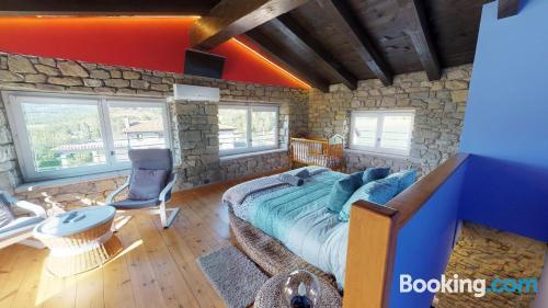 Amplio apartamento de dos dormitorios con terraza y conexión a internet