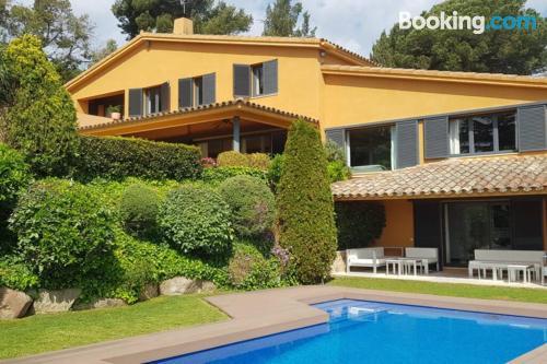 Centro con aire acondicionado en San Vicente de Mont-Alt con piscina.