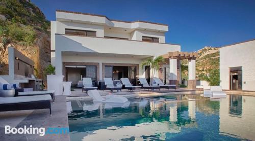 Apartamento con piscina y aire acondicionado y terraza