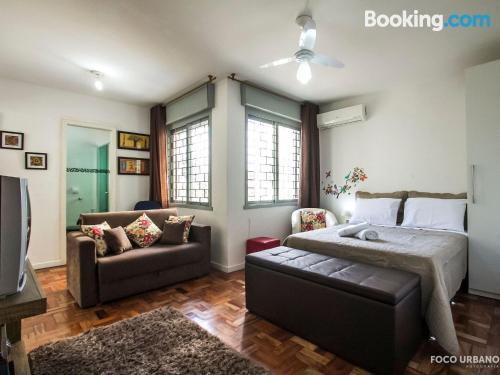 Apartamento en Puerto Alegre con aire acondicionado.
