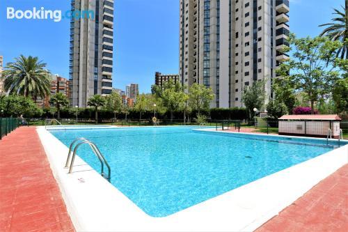 Apartamento con piscina, en mitad de todo.