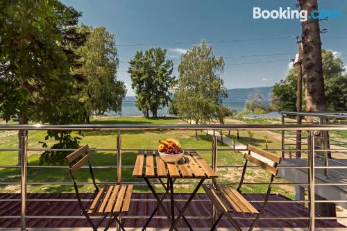 Stay cool: air-con apartment in Ohrid with terrace!.