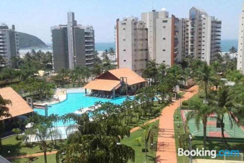 Apartamento de 110m2 en Bertioga con piscina y terraza.