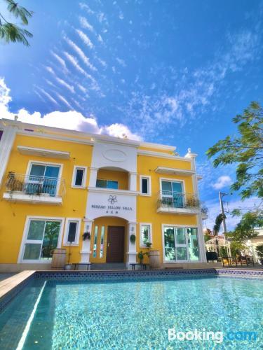 Apartamento con vistas con piscina.