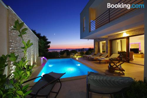 Apartamento para cinco o más con vistas y piscina.