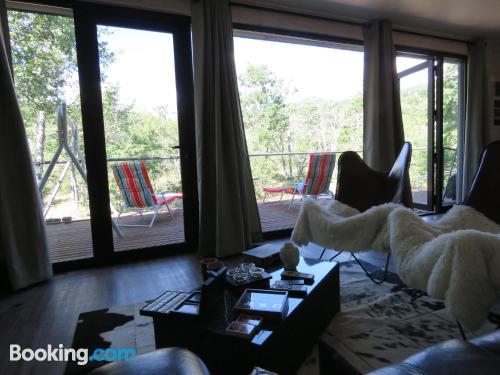Amplio apartamento de dos dormitorios con terraza.