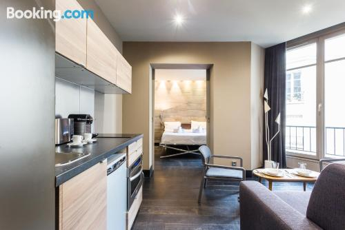 Stay cool: air apartment in Paris. Internet!
