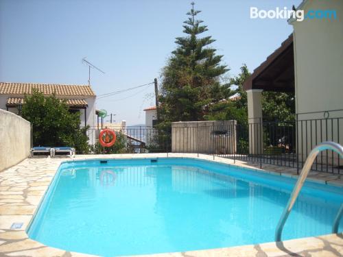 Apartamento con conexión a internet, piscina y terraza