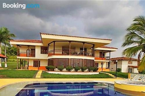 Apartamento en Filandia con piscina.