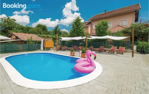 Apartamento bonito con piscina
