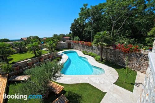 Apartamento con piscina y aire acondicionado en Tinjan