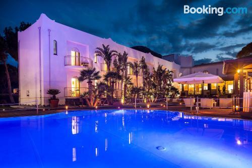 Apartamento con piscina y aire acondicionado, internet y terraza