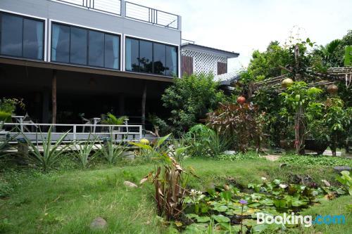 Apartamento con internet con terraza.