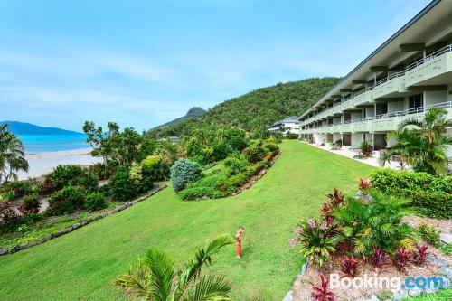 Stay cool: air-con home in Hamilton Island. Terrace!