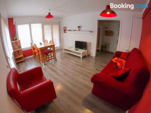 Apartamento en buena zona con vistas con calefacción y wifi.
