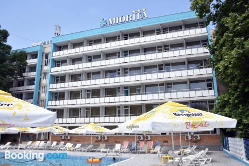 Apartamento con piscina con terraza.