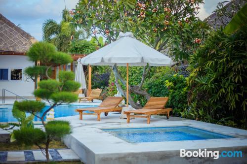 Apartamento con terraza con piscina.