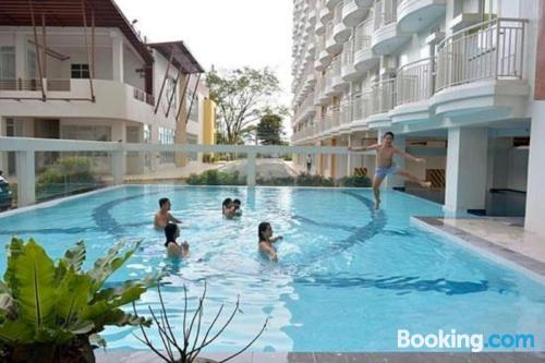 Stay cool: air-con apartment in Tagaytay with terrace!.