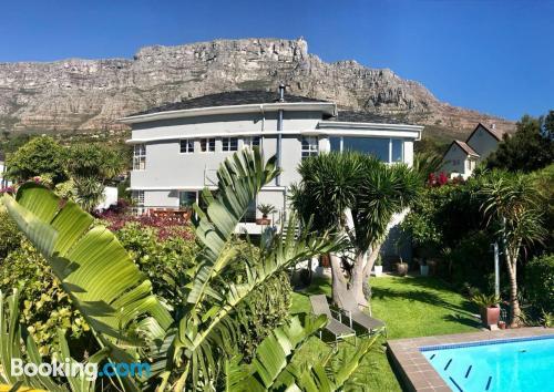 Appartamento con terrazza e piscina. Citta del Capo è in attesa!