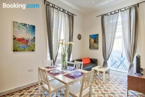 Stay cool: air-con place in Valletta for 2 people