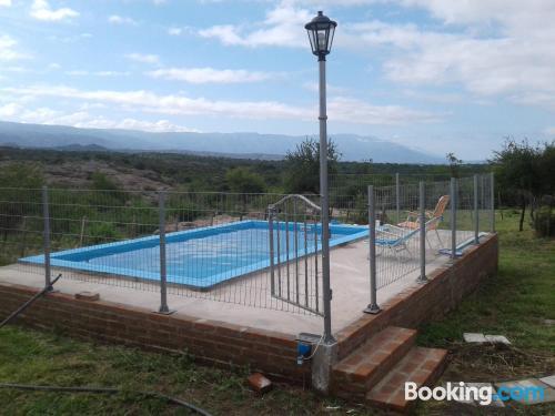 Apartamento con piscina. Ideal para cinco o más