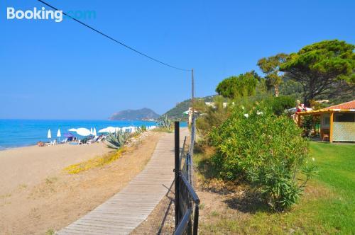 Cómodo apartamento en Agios Gordios con terraza y internet.