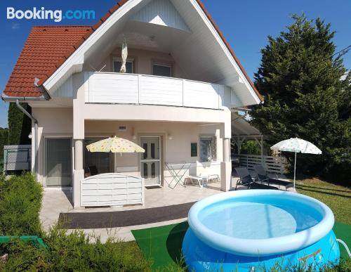 Apartamento de dos habitaciones en Vonyarcvashegy con piscina