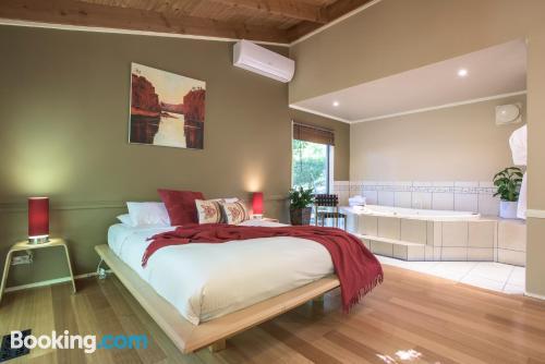 Práctico apartamento en Sassafras. ¡internet!.