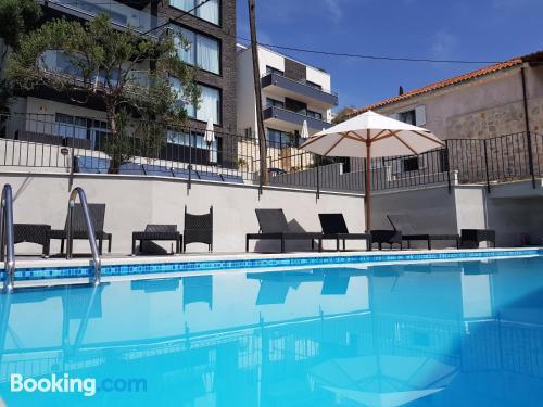 Apartamento bien situado con vistas con piscina.