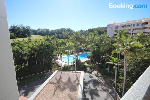 Apartamento con piscina ideal para cinco o más.