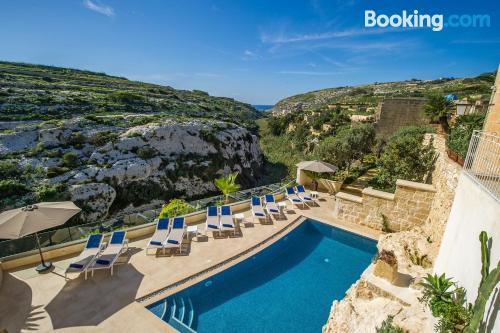 Apartamento ideal para familias en Xlendi con piscina y terraza