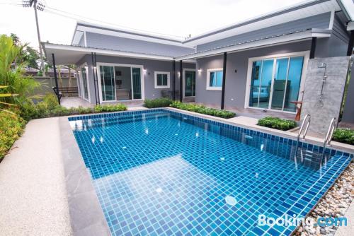 Apartamento con piscina y aire acondicionado. ¡wifi!.