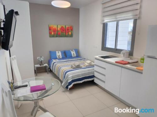 Ideal 1 bedroom apartment. Be cool, there\s air!