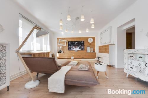 Amplio apartamento de dos dormitorios con vistas y conexión a internet.