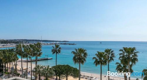 Stay cool: air-con apartment in Cannes. Tiny!.