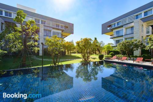 Apartamento con piscina y aire acondicionado en Nakhon Ratchasima.