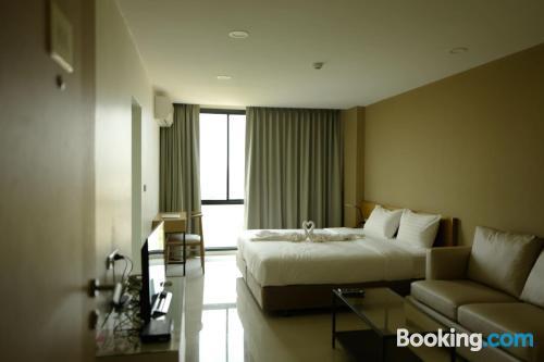 Apartamento con terraza y aire acondicionado