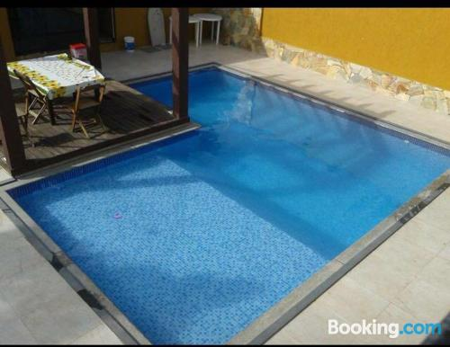 Apartamento con piscina con conexión a internet.