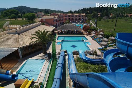 Buena ubicación con piscina en Sidari y wifi
