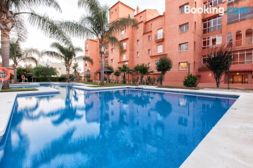 Apartamento con piscina y aire acondicionado y wifi