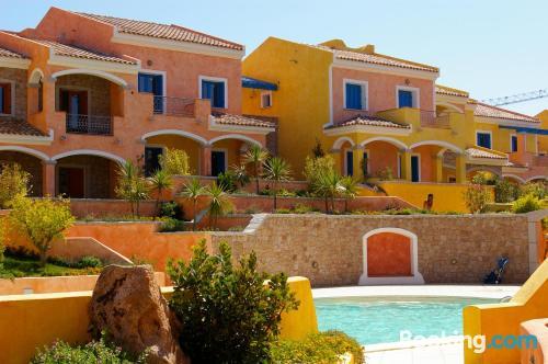 Apartamento apto para familias con terraza y piscina